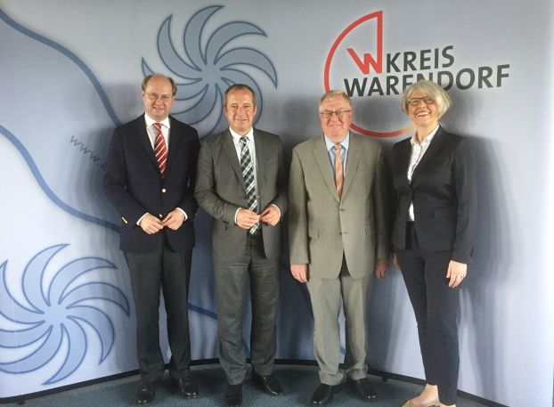 Landrat Dr. Olaf Gericke begrüßte Staatssekretär Oliver Wittke und Reinhold Sendker (MdB) zu einem Gespräch über den Wirtschaftsstandort Kreis Warendorf. Daran nahm auch gfw-Geschäftsführerin Petra Michalczak-Hülsmann teil.